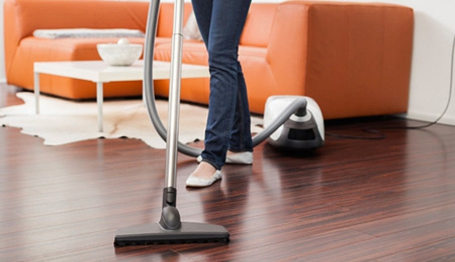 استفاده از جاروبرقی برای تمیزسازی کفپوش چوبی