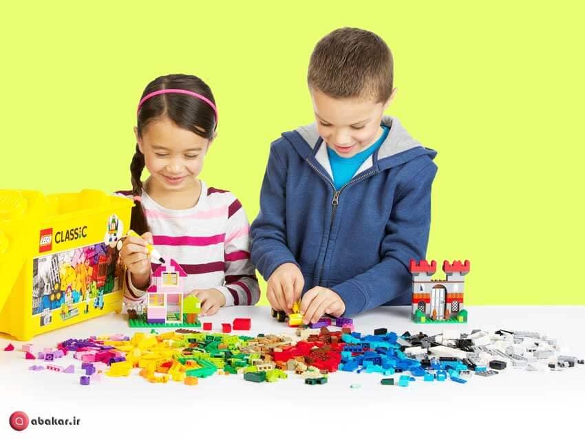 2 کودک در حال بازی با ساختنی مدل 10696